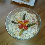 Sałatka z tortellini i szynką