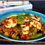 Kasza bulgur z warzywami i serem halloumi