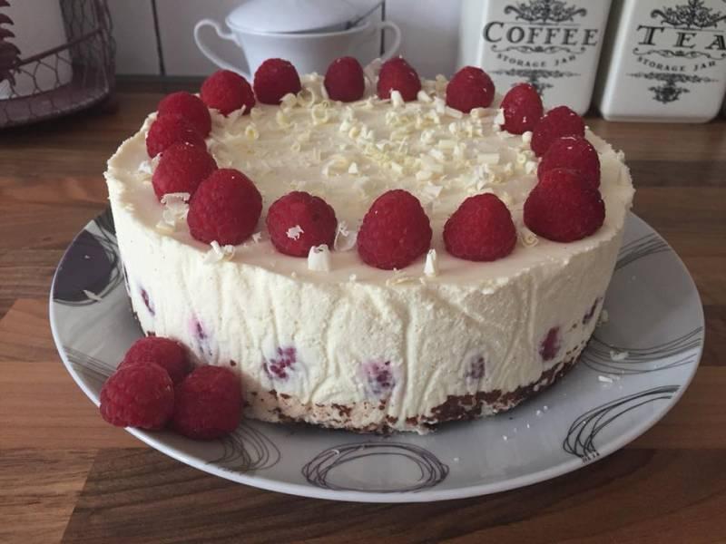 Ciasto czekoladowe z białym musem czekoladowym i malinami