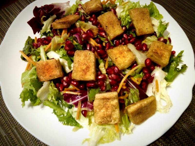Sałatka z tofu i granatem