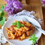 Mielone kuleczki wołowo-wieprzowe z karmelizowaną cebulą w miodzie  pod pierzynką z makaronu i sera
