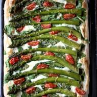 Pizza ze szparagami, szpinakiem i beszamelem.