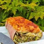 Zapiekanka z szynką konserwową, pieczarkami i brokułem