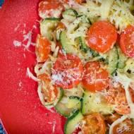 Linguine z cukinią, pomidorkami i cytrynowym jogurtem.