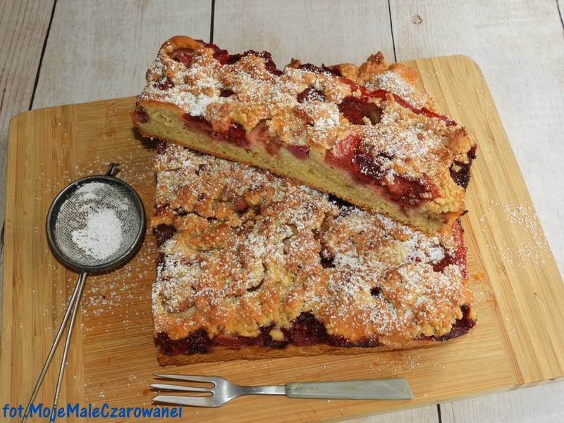 Delikatne ciasto ucierane z truskawkami i rabarbarem