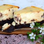 Sernik z kawałkami czekolady na spodzie brownie