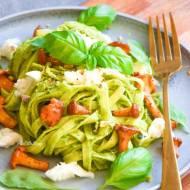 Makaron z pesto z rukoli i pistacji z kurkami