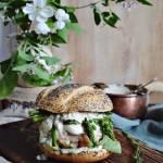 Wiosenny burger ze szparagami i sosem duńskim
