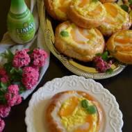 Drożdżówki z nadzieniem serowym z brzoskwiniami, polane cytrynowym lukrem.