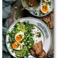 Śniadaniowa sałatka z awokado, rukolą i jajami z zatarem