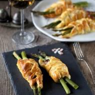 Szparagi zapiekane w cieście francuskim z szynką parmeńską i mozzarellą.