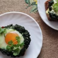 Razowe grzanki ze szpinakiem i jajkiem