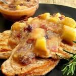 Schabowe z sosem rabarbarowym.