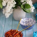 Orientalny makaron smażony z kurczakiem i warzywami