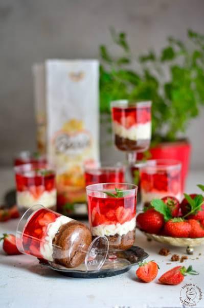 Owocowy deser w pucharkach