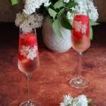 Musujący drink z truskawkami