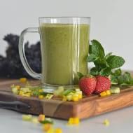 Zielony koktajl ze szpinakiem i truskawkami.