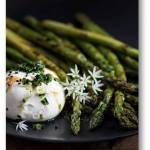 Grillowane zielone szparagi z burratą i ziołową gremolatą