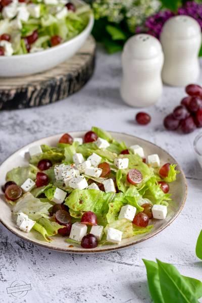 Sałata lodowa z fetą i winogronami