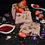 Semifreddo truskawkowe z pistacjami
