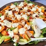 Letnia sałatka z grillowanym serem i kurczakiem