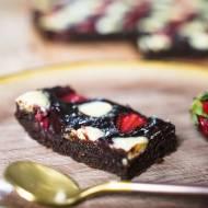 Uzależniające brownie z truskawkami i białą czekoladą