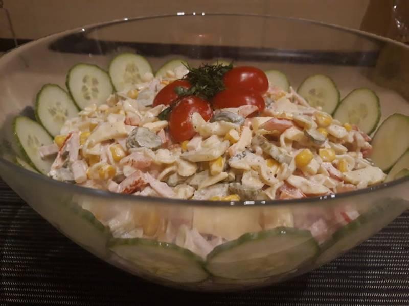 Sałatka makaronowa z szynką konserwową