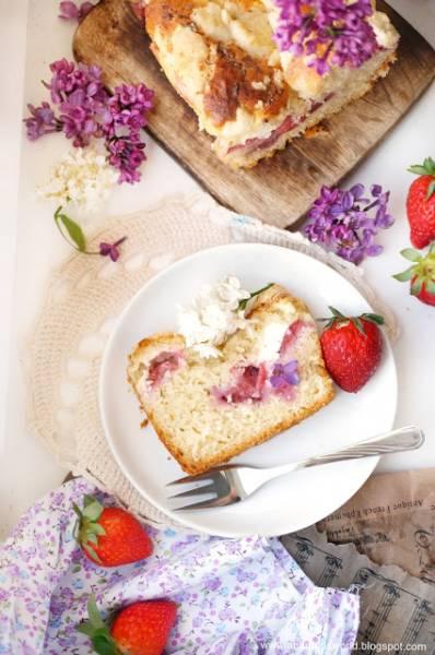 Szybkie drożdżowe ciasto z truskawkami i twarogiem