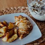 Filet z indyka podany z sałatką i pieczonymi ziemniakami