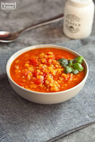 Wegańska zupa pomidorowa z soczewicą. Bardzo łatwa i szybka w przygotowaniu. PRZEPIS