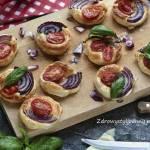 Ciasto francuskie z pomidorami i cebulą.
