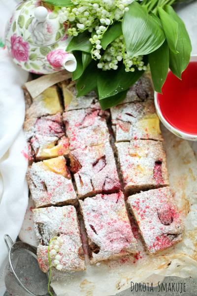 Wegańskie ciasto pełnoziarniste z budyniem i rabarbarem