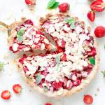 Migdałowa tarta z truskawkami i rabarbarem