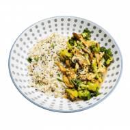 Stir fry z kurczakiem, brokułami i pieczarkami