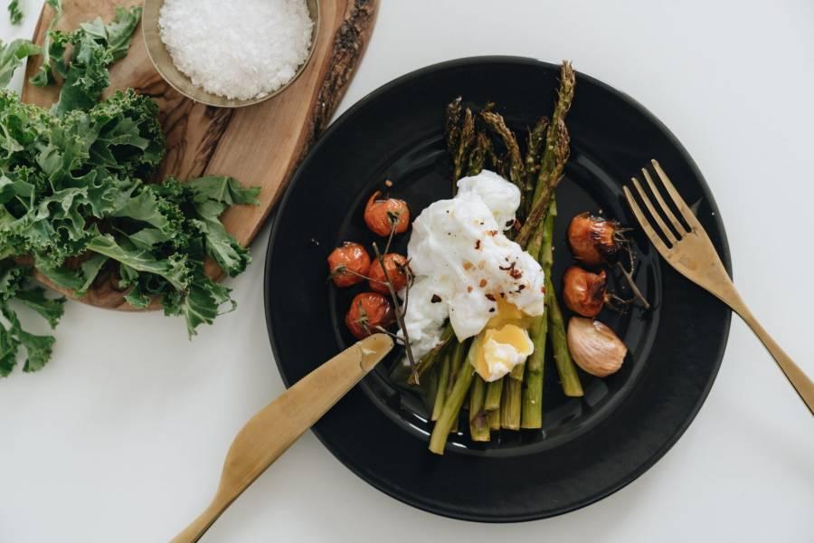 Pieczone szparagi z pomidorkami i jajkiem w koszulce