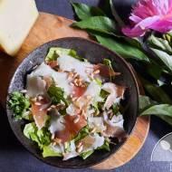 Prosta sałatka z szynką prosciutto, serem peccorino i toskańską oliwą