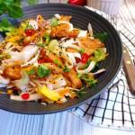 Orientalna sałatka z makaronem ryżowym i kurczakiem