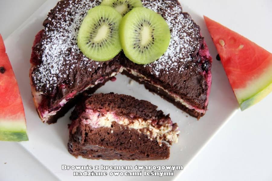 Brownie z kremem twarogowym nadziane owocami leśnymi