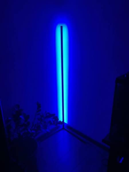 Sposób na romantyzm – lampa narożna Aurelis Edge LED RGB