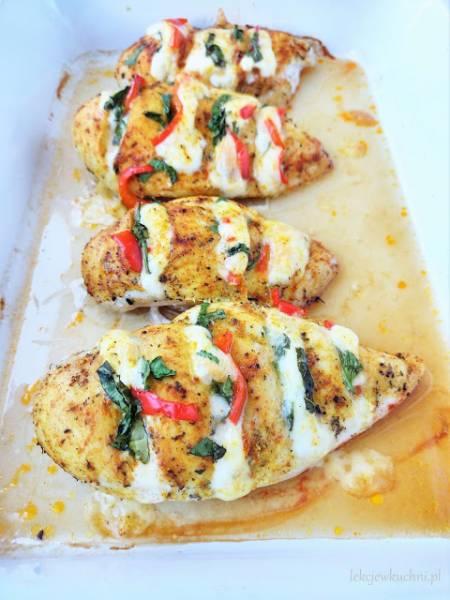 Pieczona pierś z kurczaka nadziewana serem i warzywami