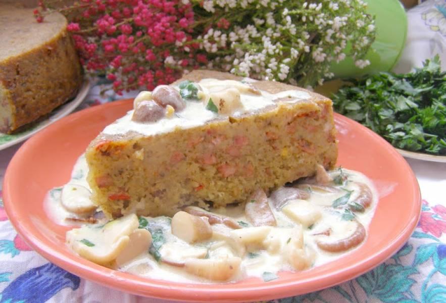 Babka ziemniaczna z kiełbasą z sosem grzybowym...