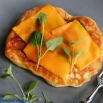 Smażone placki z chorizo i serem żółtym