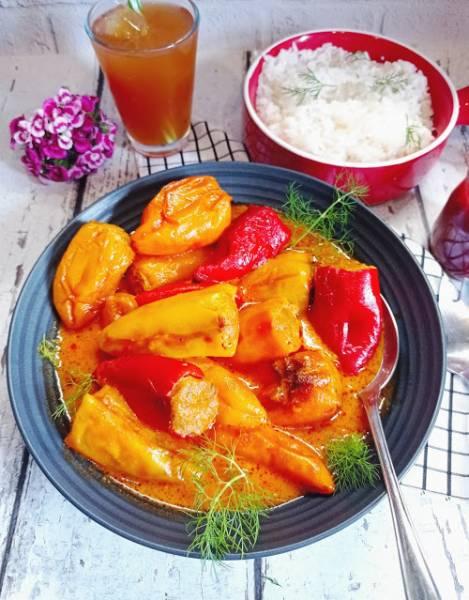 Mini papryczki z mięsem mielonym w sosie pomidorowym