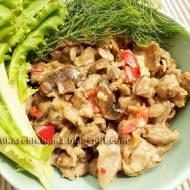 Żołądki kurczaka duszone z pieczarkami, papryką i serem pleśniowym