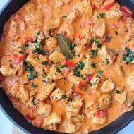 Kurczak w sosie pomidorowo - śmietanowym z papryką