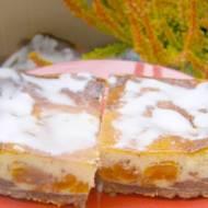 smaczny sernik pieczony z morelami w czekoladzieie na herbatnikach...