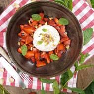 Burrata z truskawkami i pistacjami