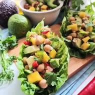 Sałatka z awokado i mango z cieciorką