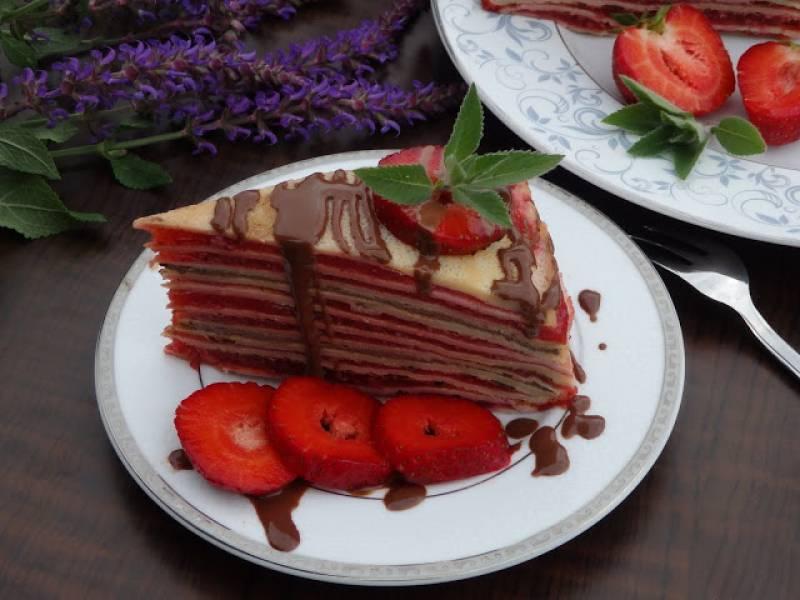 Tort naleśnikowy z musem truskawkowym