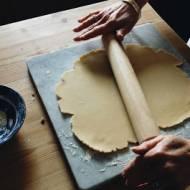 Dlaczego ciasto kruche należy schłodzić po wyrobieniu?